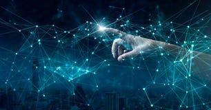 Mano di indicare il collegamento di rete globale e gli scambi di dati universalmente immagini stock