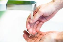 Mano di lavaggio sotto acqua di rubinetto Fotografia Stock Libera da Diritti