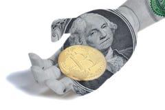 Mano di legno del robot con il ritratto di George Washington un U S bitcoin della tenuta della banconota in dollari immagine stock libera da diritti