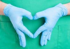 Mano di medico che fa forma del cuore Immagini Stock