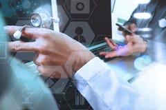 mano di medico che funziona con lo Smart Phone, comp. digitali della compressa Immagine Stock