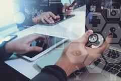 mano di medico che funziona con lo Smart Phone, comp. digitali della compressa Fotografia Stock