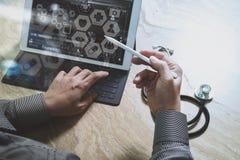 mano di medico che funziona con lo Smart Phone, comp. digitali della compressa Immagini Stock