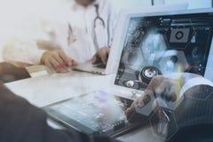 mano di medico che funziona con lo Smart Phone, comp. digitali della compressa Fotografia Stock Libera da Diritti