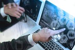 mano di medico che funziona con lo Smart Phone, comp. digitali della compressa Fotografie Stock