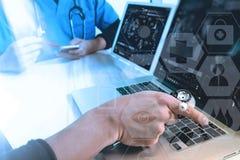 mano di medico che funziona con lo Smart Phone, comp. digitali della compressa Immagini Stock Libere da Diritti