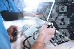 mano di medico che funziona con lo Smart Phone, comp. digitali della compressa Fotografie Stock Libere da Diritti
