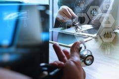 mano di medico che funziona con lo Smart Phone, comp. digitali della compressa Immagine Stock Libera da Diritti