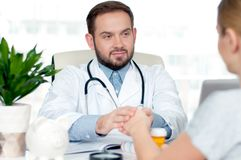 Mano di medico che rassicura il suo paziente femminile fotografia stock