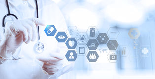 Mano di medico della medicina che funziona con il computer moderno Immagini Stock