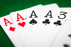 Mano di poker delle carte da gioco sul panno verde del casinò Immagine Stock Libera da Diritti