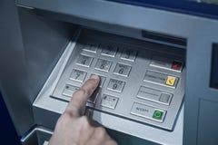 Mano di protezione di codice di parola d'ordine sul sistema di sicurezza di attività bancarie di numero del bottone Fotografia Stock