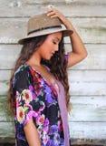 Mano di spirito della ragazza sul suo cappello Fotografia Stock Libera da Diritti