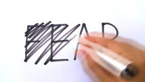 Mano di timore che depenna l'indicatore nero della penna a feltro video d archivio