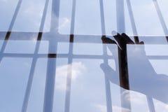 Mano di un uomo che raggiunge al cielo Fotografia Stock Libera da Diritti