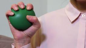 Mano di una donna che schiaccia una palla di sforzo archivi video
