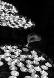 Mano di una mano anziana della donna che accende una candela durante il Massachussets Immagini Stock Libere da Diritti