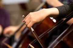 Mano di una ragazza che gioca un violoncello Fotografie Stock Libere da Diritti