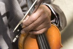 Mano di vecchio violino fotografie stock libere da diritti