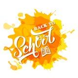Mano dibujada de nuevo a letras de la escuela en manchas blancas /negras amarillas Dise?o perfecto para el invetation, anuncios,  stock de ilustración