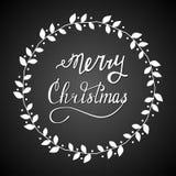 Mano dibujada poniendo letras a Feliz Navidad Imágenes de archivo libres de regalías