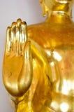 Mano dorata di benedizione della statua di Buddha Immagine Stock