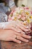 Mano due con l'anello di cerimonia nuziale Fotografia Stock