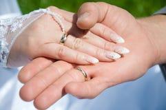 Mano due con l'anello di cerimonia nuziale Immagini Stock Libere da Diritti