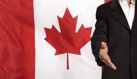 Mano e bandiera aperte del Canada nei precedenti Immagine Stock Libera da Diritti