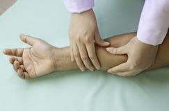mano e corpo di massaggio immagine stock libera da diritti