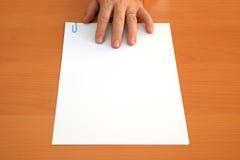 Mano e documento in bianco Fotografie Stock Libere da Diritti