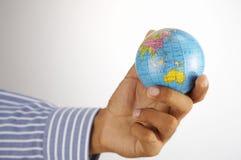 Mano e globo immagine stock libera da diritti