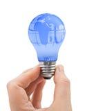 Mano e lampadina con il globo Fotografie Stock