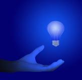 Mano e lampadine blu Fotografia Stock Libera da Diritti