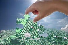Mano e modello elettronico del puzzle Immagini Stock