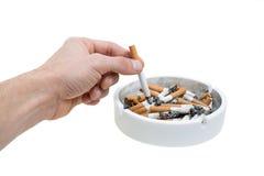 Mano e sigarette del portacenere Immagini Stock Libere da Diritti