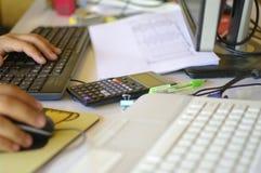Mano e tastiera funzionanti occupate astratte dello scrittorio Fotografia Stock Libera da Diritti