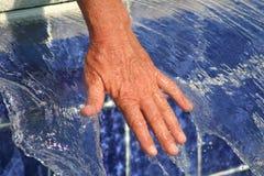 Mano en agua corriente Foto de archivo libre de regalías