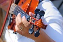 Mano en el fingerboard del violín Imagen de archivo