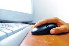 Mano en el ratón Imagen de archivo libre de regalías