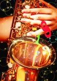 Mano en el saxofón en el Año Nuevo 2018 Fotografía de archivo libre de regalías