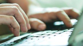 Mano en el teclado Imagen de archivo