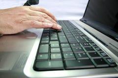 Mano en el teclado Imágenes de archivo libres de regalías