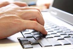 Mano en el teclado de ordenador Imágenes de archivo libres de regalías
