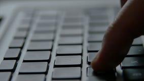 Mano en el teclado de ordenador almacen de video