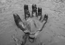 Mano en fondo del fango Fotografía de archivo