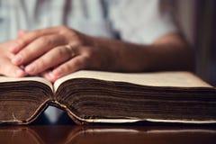 Mano en la biblia Fotografía de archivo libre de regalías