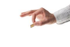 Mano en la camisa del asunto que sostiene una tarjeta del sim Imagen de archivo