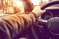 Mano en la conducción de automóviles de la rueda Fotografía de archivo libre de regalías