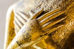 Mano en la estatua de Buda del pecho Imagen de archivo libre de regalías